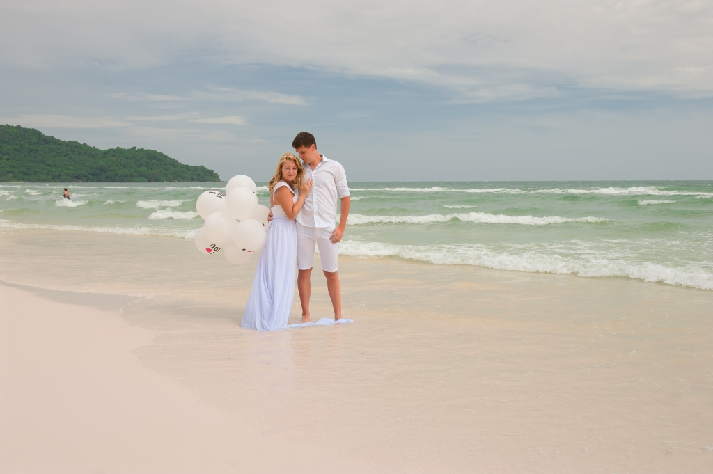 Newlyweds at the beach of Phu Quoc Island