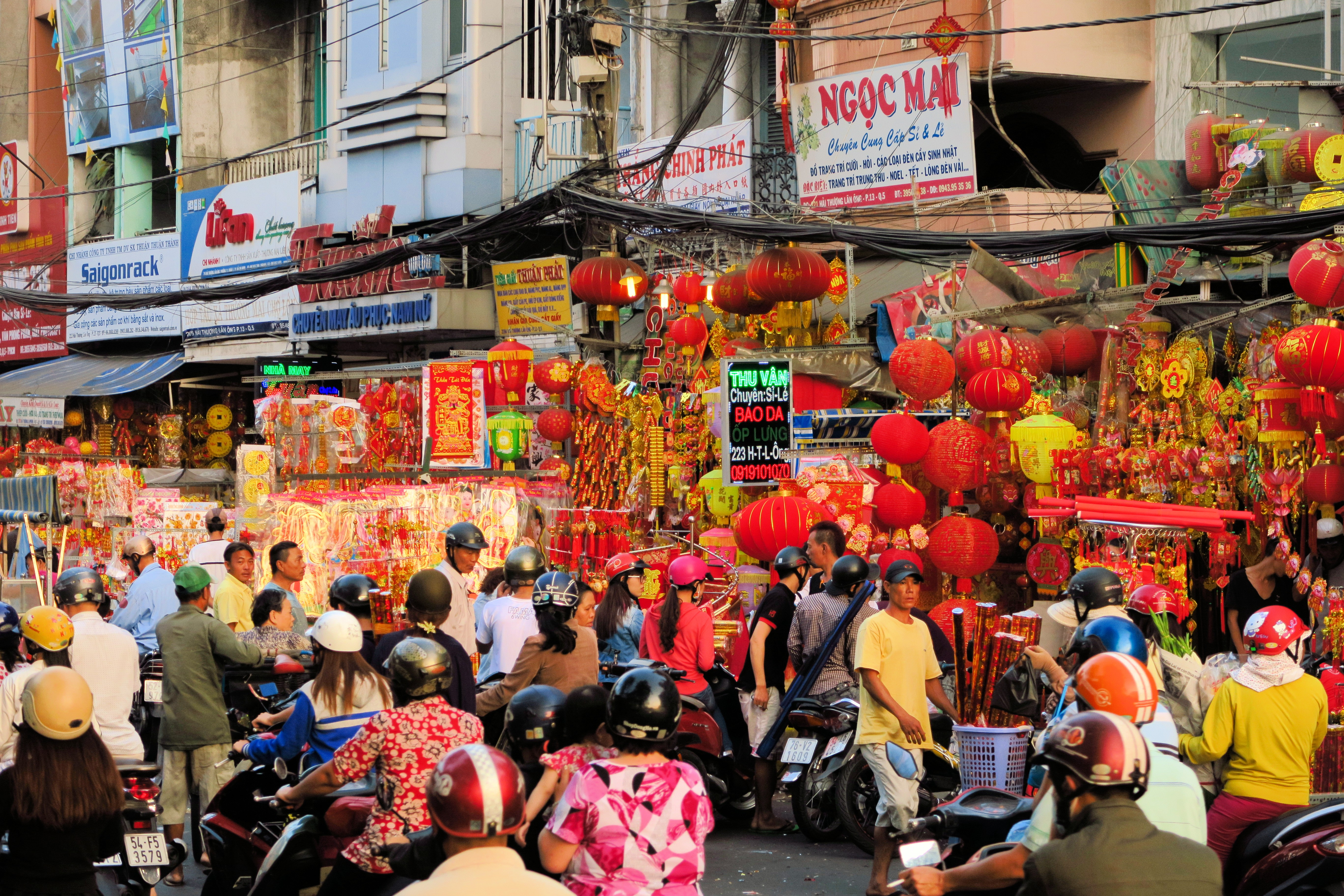 Tet is coming - people shopping to prepare for Tet